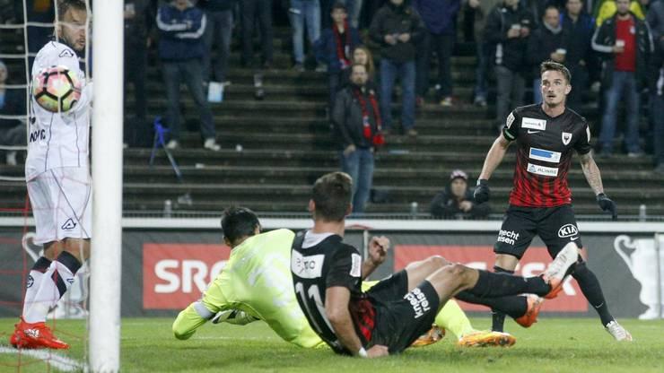 Der Aarauer Sebastien Wuethrich (r.) schiesst gegen Goran Jozinovic (l.) und Torhüter Francesco Russo (r.) den 1:0 Führungstreffer.