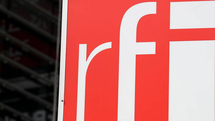 ARCHIV - Das Logo von Radio France Internationale (RFI) in Issy-les-Moulineaux bei Paris. Der französische Auslandssender Radio France Internationale (RFI) hat aus Versehen rund hundert vorbereite Nachrufe veröffentlicht - und somit kurzzeitig Königin Elizabeth, Schauspieler A. Delon, Ex-Premier L. Fabuis, Schauspielerin L. Renaud oder den französischen Geschäftsmann B. Tapie fälschlicherweise für tot erklärt. (zu dpa: «Radiosender veröffentlicht rund 100 vorbereitete Nachrufe im Netz») Foto: Kenzo Tribouillard/AFP/dpa