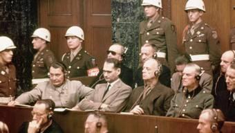 Die Spitzen des Nazi-Reichs auf der Anklagebank in Nürnberg: (Vordere Reihe von links) Göring, Hess, Ribbentrop, Keitel, Kaltenbrunner; (hintere Reihe) Dönitz, Raeder, von Schirach und Sauckel.