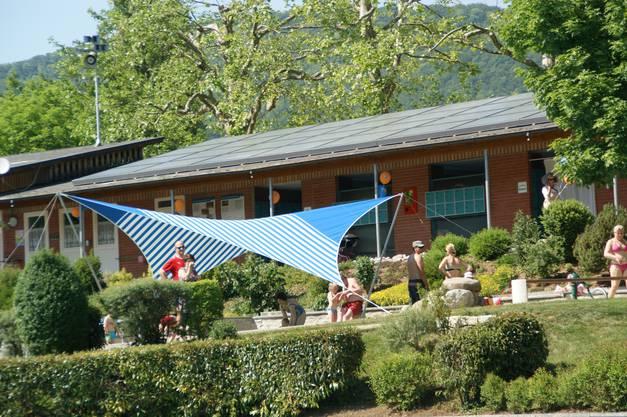 """Die neue Solaranlage auf dem Garderobegebäude des Schwimmbads Wührimatt hat geholfen, das Label """"Energiestadt Küttigen"""" zu erreichen."""
