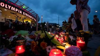 Blumen und Kerzen vor dem Olympia-Einkaufszentrum im Norden Münchens: Hier     tötete der Amokschütze David S. am Freitagabend acht Jugendliche und eine 45 Jahre alte Frau.