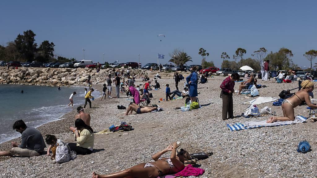 Touristen bevölkern wieder die griechischen Strände