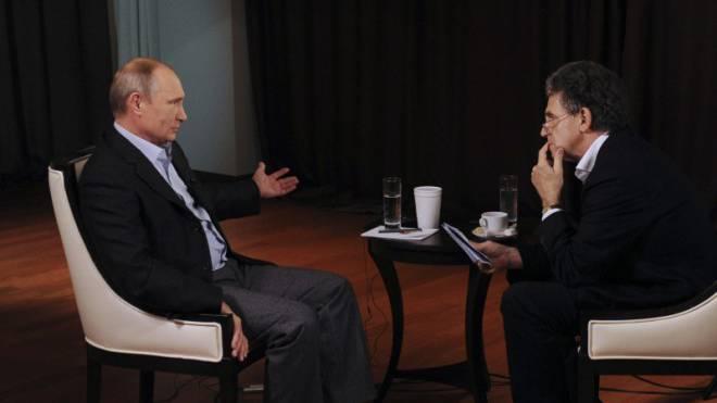 ARD-Korrespondent Hubert Seipel im November 2014 während eines Gesprächs mit Wladimir Putin in Wladiwostok. Foto: Reuters