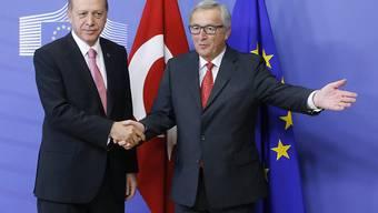 Hier war die Welt noch in Ordnung: Der türkische Präsident Erdogan und EU-Kommissionspräsident Jean-Claude Juncker in Brüssel. Jetzt tritt der EU-Botschafter in der Türkei zurück. (Archiv)