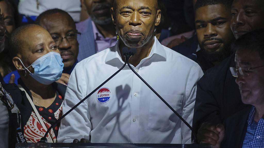 Der demokratische Bürgermeisterkandidat Eric Adams spricht bei seiner Vorwahlparty. Foto: Kevin Hagen/AP/dpa Foto: Kevin Hagen/AP/dpa