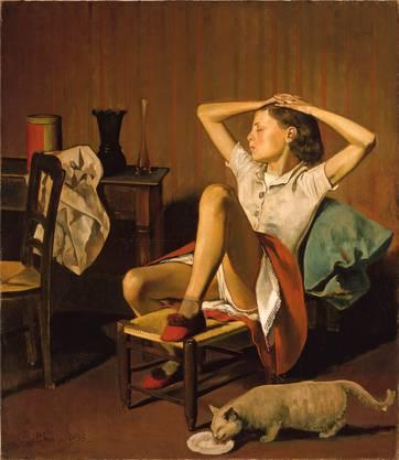 Das Gemälde der träumenden Thérèse von 1938 sorgte für Schlagzeilen im Vorfeld. An diesem Bild lässt sich gut zeigen, wie Balthus unseren Blick steuert und bei uns Betrachterinnen mulmige Gefühle auslöst. Zum einen wegen des Sujets, wegen des ungenierten Blicks unter den Rock des Mädchens. Zum anderen durch Licht, Komposition und die Dinge rundum. Balthus lenkt unseren Blick mit den bewährten Mitteln der Malerei: Ins Auge sticht die theatralisch beleuchtete Figur des Mädchens, der Blick wandert von der hellen Bluse zum rein-weiss leuchtenden Unterrock, zur Unterhose, die nur leicht aus dem Mittelpunkt des Bildes gerückt ist. Das gezielt als Rahmen gesetzte Rot des Rockes und das Grün des Kissens wirken als farbige Weckrufe, die trinkende Katze wie eine erotische Projektion. Eindrücke, die das schummrig-warm gehaltene Zimmer weiter verstärkt. Das Wichtigste aber: Balthus setzt das Mädchen ungewohnt schräg ins Bild, lässt es den Kopf gar abwenden und zeigt es mit geschlossenen Augen. Es sieht uns also nicht – und macht uns zu heimlichen Beobachtern, zu Voyeuren. Eine ungemütliche Rolle. (sa)