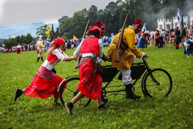 Die Stahlrösser hatten im aufgeweichten Boden einen schweren Stand. Flinke Marketenderinnen halfen wieder auf die Räder.
