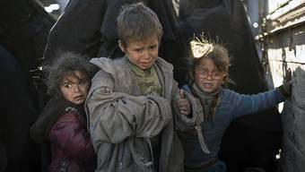 Frauen und Kinder auf einem Lastwagen: Das arabisch-kurdische SDF-Bündnis brachte nach eigenen Angaben in den vergangenen 48 Stunden rund 3000 Menschen aus der letzten IS-Bastion im Euphrattal. (Bild vom 1. März)