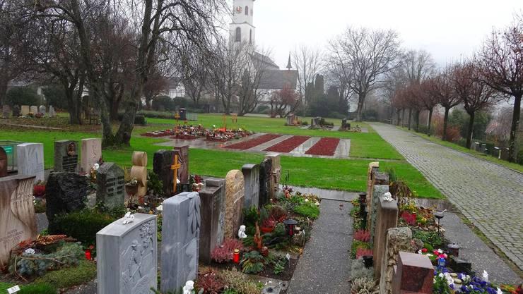 Die klassischen Gräber benötigen mehr Pflege als jene, in denen Urnen beigesetzt sind. ach