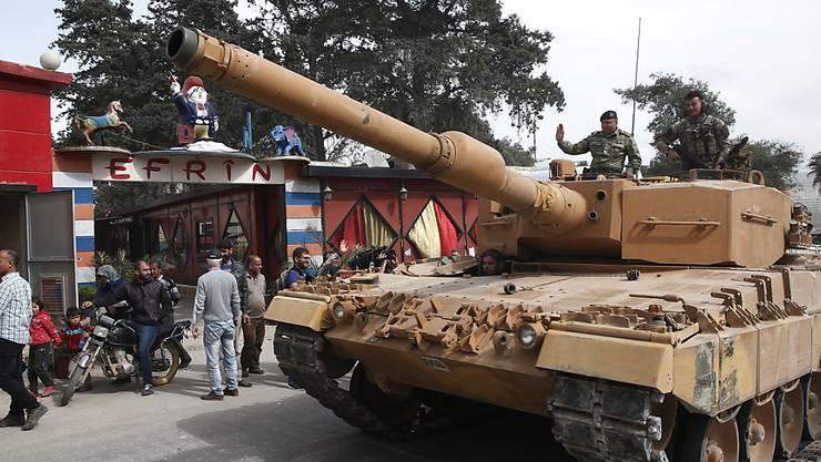 Ein türkischer Panzer auf Patrouille im Nordwesten der syrischen Stadt Afrin.