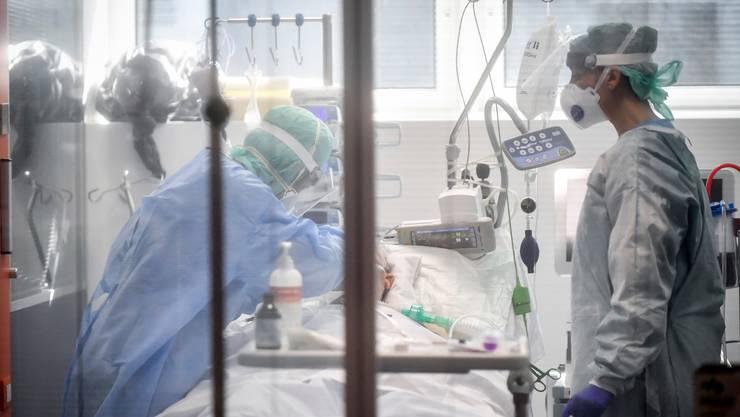 Ärzte kämpfen in einer italienischen Klinik um das Leben eines Corona-Patienten.