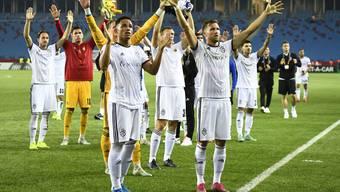Die Spieler des FC Basel lassen sich von ihren Fans für den erkämpften Punkt in der Nordtürkei bei Trabzonspor feiern.