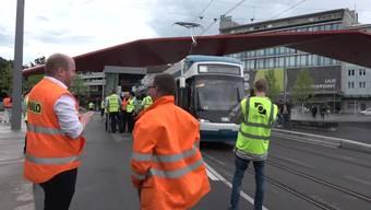 Erstmals seit über 60 Jahren ist heute ein Tram von der Zürcher Stadtgrenze nach Schlieren gefahren. Die Limmattaler Zeitung war bei der Testfahrt mit dabei.