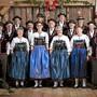 Die Edelweisse auf dem Kragen der Herren zieren neu auch das Logo des Jodlerclubs Echo vom Lindenberg. Und wer sich fragt, warum da eine Walliser Fahne hängt: Das Foto stammt vom dortigen Jodlerfest.