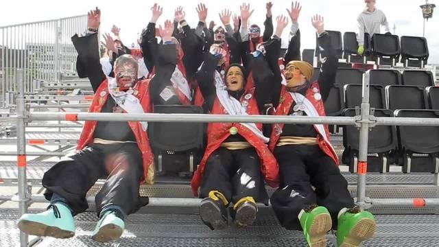 Die Mitglieder der Solothurner Gugge Ambassadonner sitzen Probe