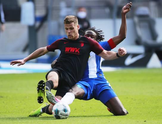 Umkämpftes Duell: Augsburg's Florian Niederlechner (vorne) gegen Herthas Dedryck Boyata.