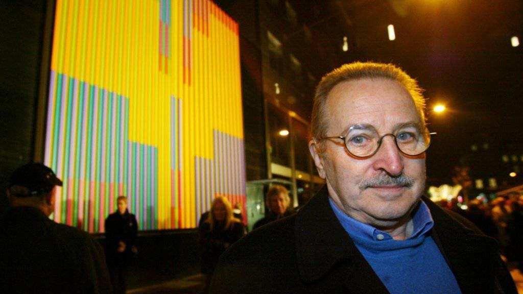 """Der Basler Künstler Karl Gerstner - hier vor seinem Werk """"Grosse Synchromie"""" -  ist am Neujahrstag 86-jährig gestorben. (Archivbild)"""