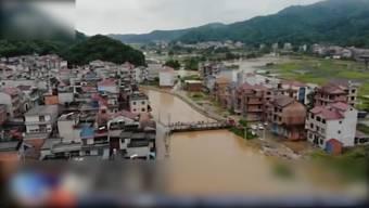Die zentralchinesische Metropole Chingqing wurde am Donnerstag schwer vom Regenfall getroffen und überflutet. Millionen sind von den heftigen Regenfällen betroffen. Tausende Häuser sind eingestürzt.