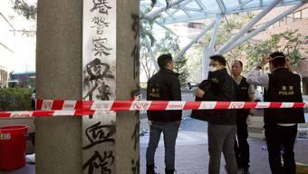 Die Polizei sperrt den Eingang zur Polytechnischen Universität ab.