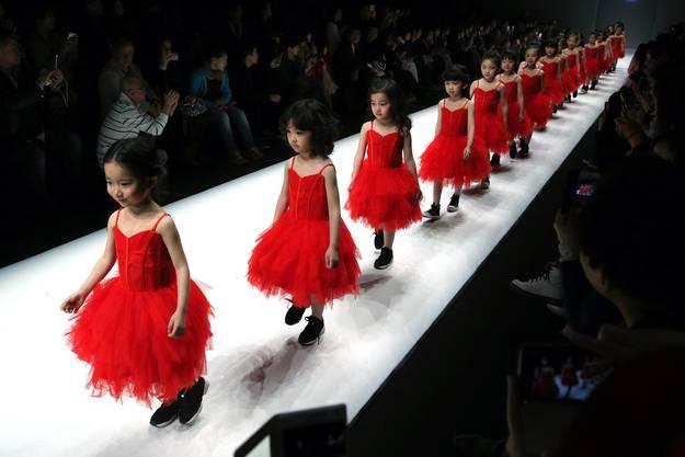 Kindermodels an der China Fashion Week in Peking, 31. März 2018.