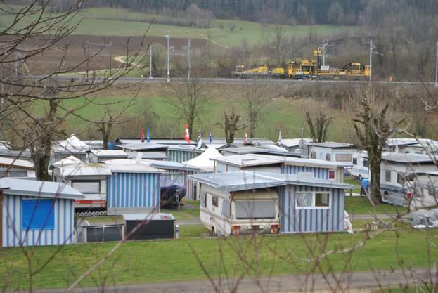 Der Campingplatz befindet sich direkt neben dem Fricker Schwimmbad und verfügt über ein neues Betriebsgebäude mit Duschen, WC, Waschmaschine und Tumbler. Es gibt 75 Plätze für Dauermieter und 25 für Touristen. Die Saison dauert vom 29. März bis 31. Oktober.