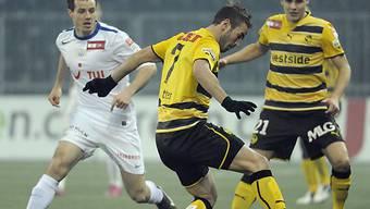 Margairaz (FCZ/links) kämpft gegen Sutter und Degen um den Ball
