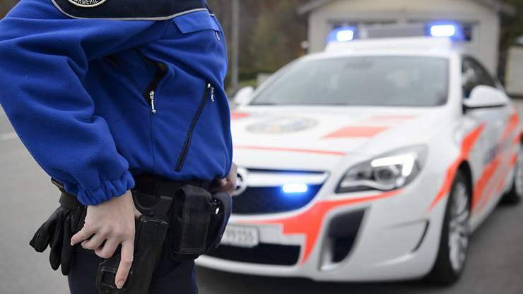 Weil drei junge Männer ein Video mit einer Imitationswaffe drehten, rückte die Polizei Zürich aus. (Symbolbild)