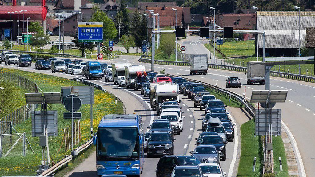 Der Rückreiseverkehr Richtung Norden staut sich vor dem Gotthard-Tunnel. (Archivbild)
