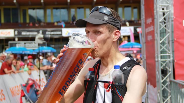 Bernhard Eggenschwiler gönnt sich nach seinem Sieg einen Schluck.