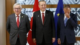 Der türkische Präsident Recep Tayyip Erdogan (M) mit seinen EU-Gesprächspartnern Donald Tusk (r) und Jean-Claude Juncker