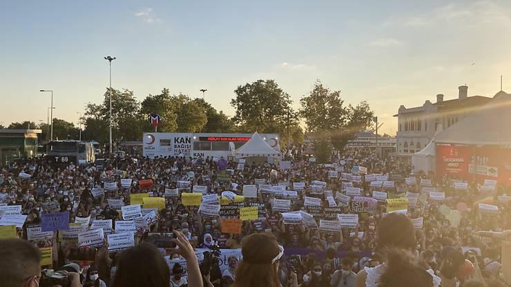 Menschen versammeln sich im Istanbuler Stadtteil Kadiköy, um gegen Gewalt gegen Frauen und die Aufkündigung der sogenannten Istanbul-Konvention zu demonstrieren. Foto: Anne Pollmann/dpa