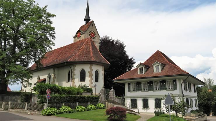 Die Blutbuche (rechts hinter der Kirche) wird zum Problem für den Kirchenbau.