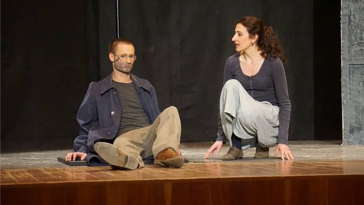 Das Mädchen (Alessandra Chies) versucht ohne Erfolg, den Kriegsheimkehrer Beckmann (Sven Berner) zum Aufstehen zu bewegen.
