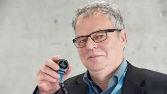 VAOF-Geschäftsführer Andre Rotzetter mit der Smartwach, die in Laufenburg und Frick im Einsatz ist.
