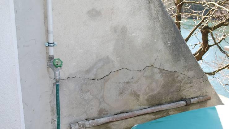 In der Flügelmauer, welche Christian Hallers Haus mit der Nachbarschaftsliegenschaft verbindet, sind lange, tiefe Risse sichtbar.