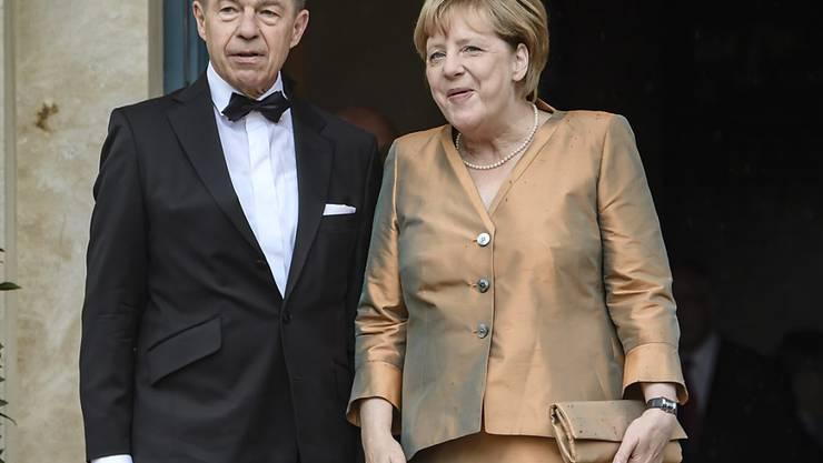 Am Dienstag beehrte Kanzlerin Angela Merkel mit Ehemann Joachim Sauer noch die Bayreuther Festspiele, seit dem Wochenende ist Wandertenü angesagt.