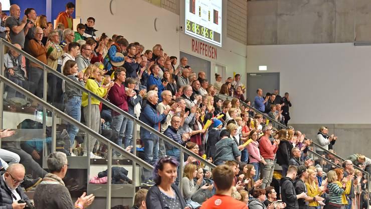 Das Publikum steht und zeigt sich äusserst zufrieden mit der Leistung von Volley Schönenwerd.
