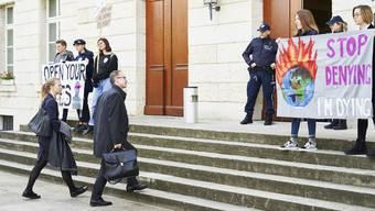 Vor dem Grossratsgebäude machen Klimastreikende ihre Forderungen deutlich –        ob sie im Parlament eine Mehrheit finden werden, ist aber fraglich.