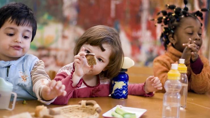 Viele Menschen wissen, dass Kleinkinder an einer Murmel oder einer Erdnuss ersticken können. Dass diese Gefahr auch für andere Lebensmittel gilt, wird gemäss der Beratungsstelle für Unfallverhütung oft unterschätzt. (Archivbild)