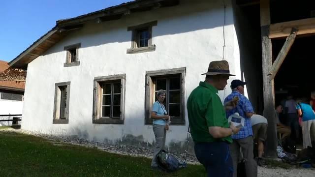 Leserwandern 14. Etappe: Wanderleiterin Susanne Im Hof erzählt etwas zu Grandval und dem ältesten Bauernhaus im Berner Jura.