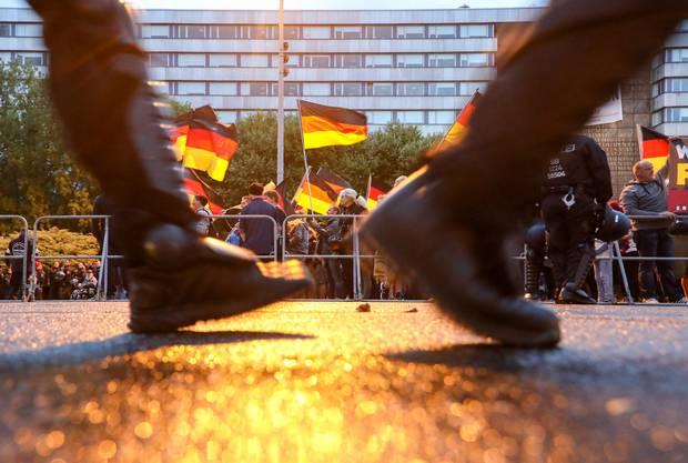 Im August kommt es in der deutschen Stadt Chemnitz zu rechtsradikalen Ausschreitungen.