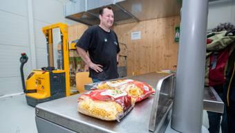 Am Tag der guten Tat hat «Tischlein Deck Dich»-Mitarbeiter Roger Bochinski wenig zu tun. Etwas Teigwaren und ein Sack voller Lebensmitteln sind die Ausbeute.