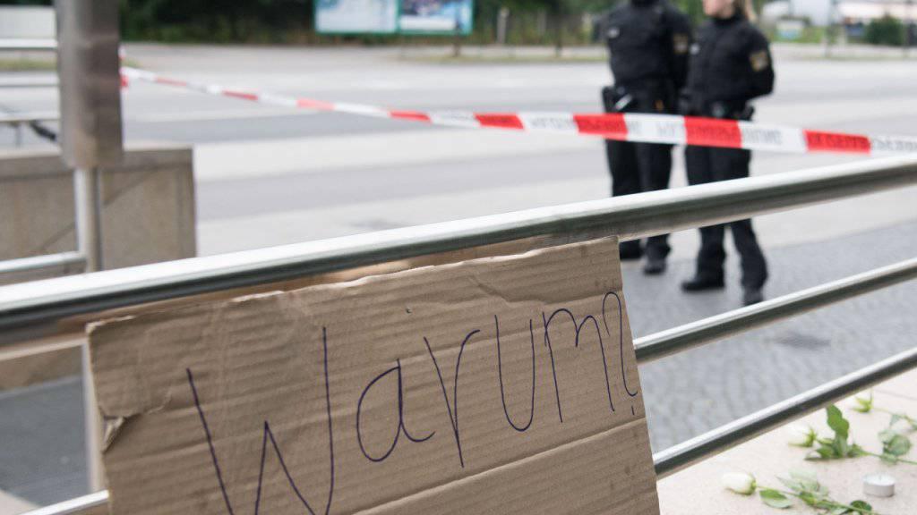 «Warum?» steht auf einem Schild am Tatort des Amoklaufs. Laut den Ermittlern war die Tat ein klassischer Amoklauf.