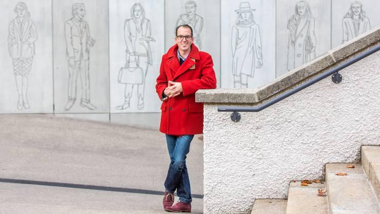 Lukas Tonetto vor dem Aarauer Stadtmuseum «Für einen richtigen Schweizer bin ich zu    laut und zu direkt, auch wenn das ironischerweise kein Wesenszug meines italienischen Vaters, sondern meiner Schweizer Mutter war.»