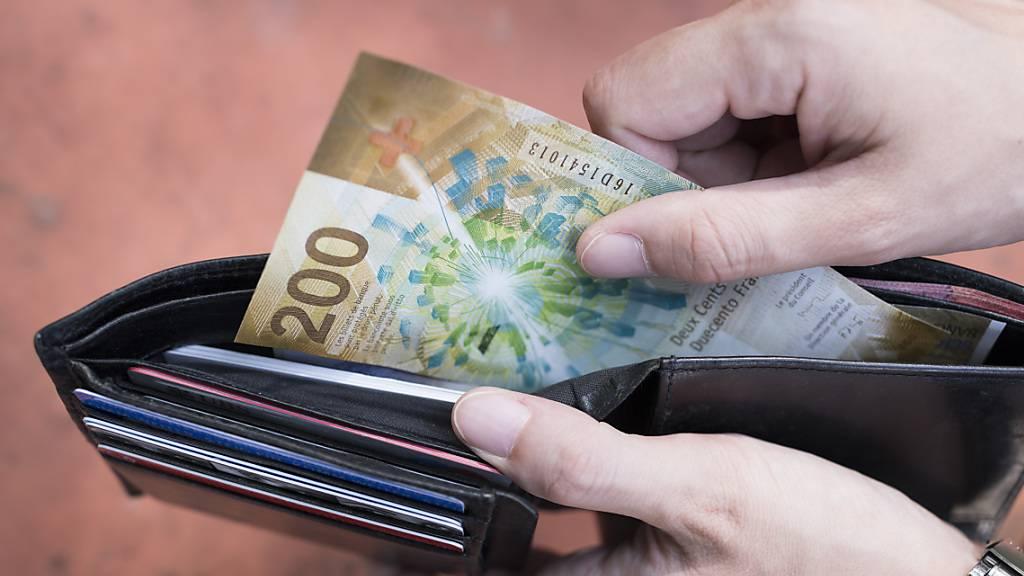 Angesichts der Coronakirse sehen die Schweizer Konsumentinnen und Konsumenten die Wirtschaftslage eher düster. Auch die eigene Budgetsituation wird eher pessimistisch gesehen, wie der Konsumentenstimmungsindex zeigt. (Symbolbild)