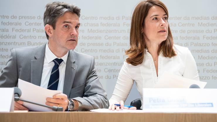 FDP-Fraktionschef Beat Walti will einen Einzelantrag von Parteikollege Giovanni Merlini (FDP/TI) unterstützen, der die umstrittenen Artikel aus der Gesetzesvorlage streicht. Im Bild mit FDP-Präsidentin Petra Gössi (Bild Peter Schneider, Keystone)
