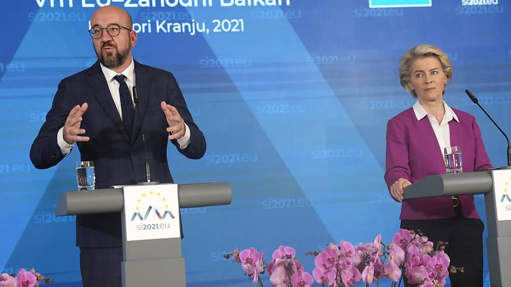 Der Präsident des Europäischen Rats Charles Michel und Präsidentin der Europäischen Kommission Ursula von der Leyen sprechen bei einer Pressekonferenz zum Abschluss des EU-Gipfels im Kongresszentrum Brdo. Foto: Darko Bandic/AP/dpa