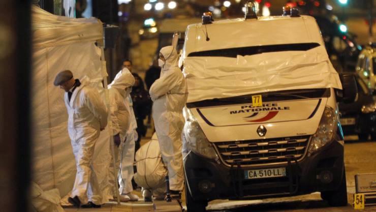 Bei einer Schiesserei in Paris, die vermutlich ein Terroranschlag war, kam ein Polizist ums Leben.