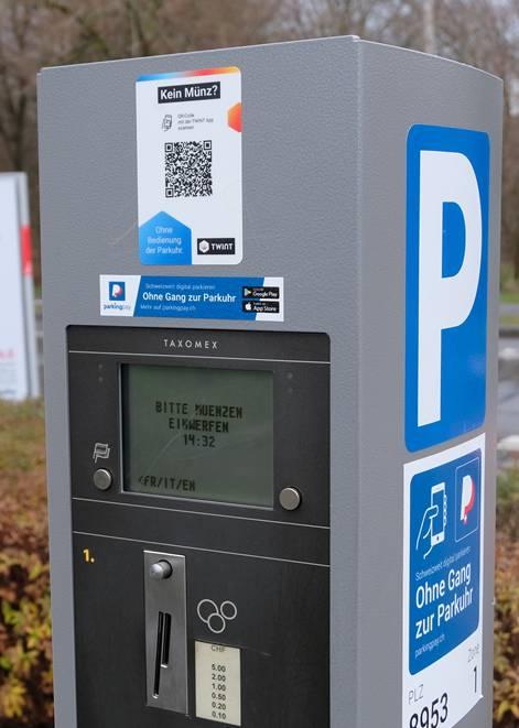 Oben auf der Parkuhr der QR-Code, den man per Twint-App einscannen muss.