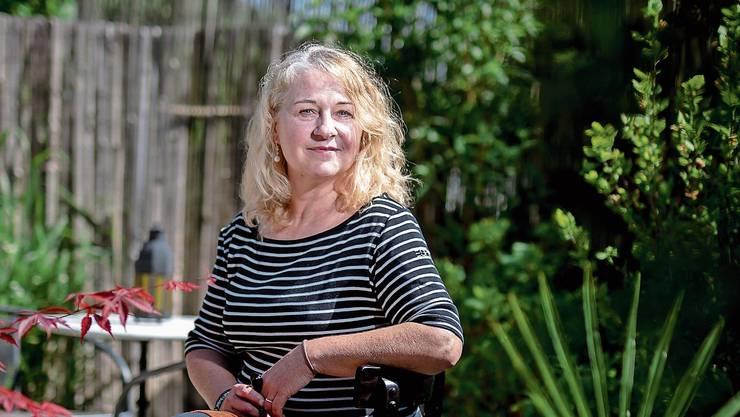 Beatrice Weidmann sitzt in ihrem Garten in Effretikon.